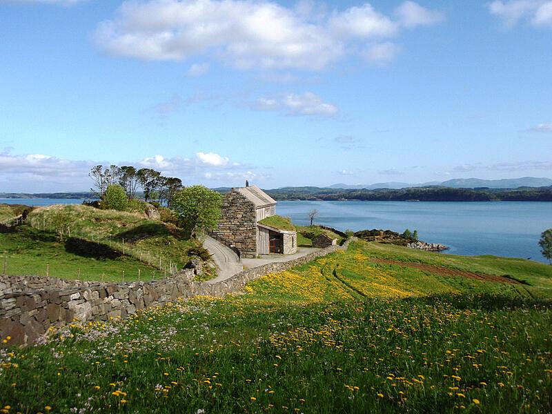Lyngheisenteret på Lygra og landskapet rundt med blomeeng (Foto/Photo)