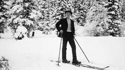 Mannlig skiløper, kun tåbinding av lær.