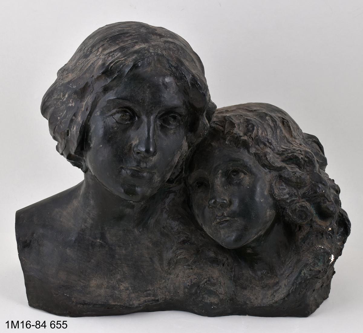 Skulptur, mor och dotter, grönmålad.