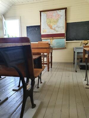 Inne i skolestuen på Sletta. Foto/Photo