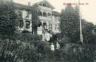 Gjester i hagen på Bjørklund pensjonat, Gran. Foto: Randsfjordmuseet. (Foto/Photo)