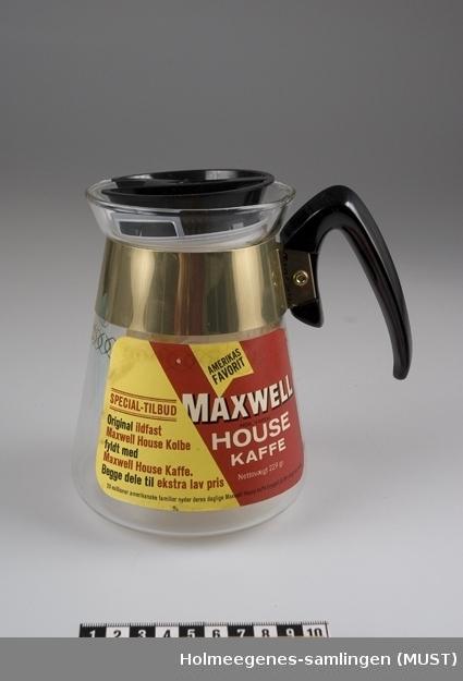 Ildfast kaffekanne fylt med pulverkaffe. To etiketter og to plastlokk medfølger.