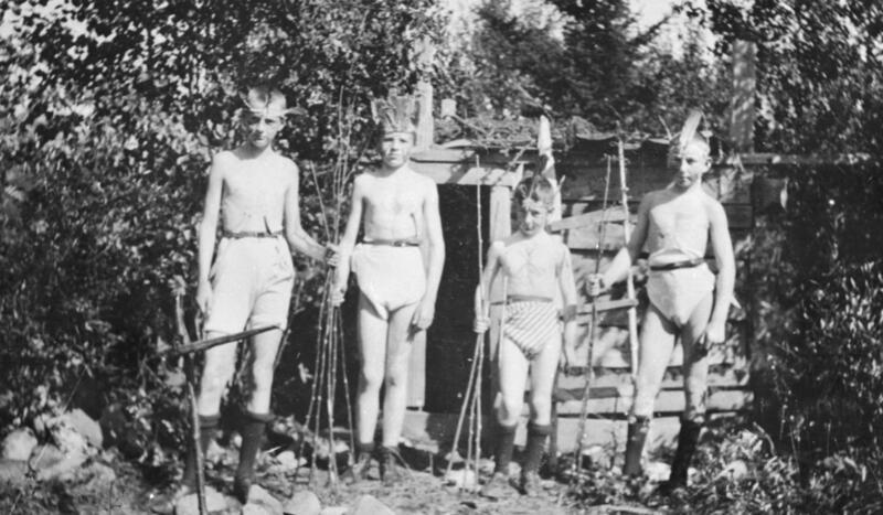 Gutter fra Hamar leker indianere på ferie i Mesnalia, Ringsaker, 1920-åra. Foto: K. Berger Christiansen/Anno Domkirkeodden. (Foto/Photo)