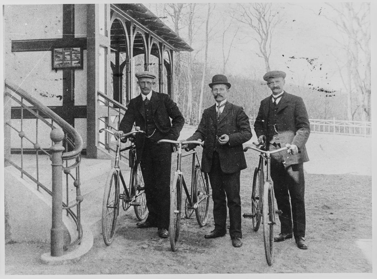 Emil Feyling sammen med to ukjente dansker i København, ca. 1912.