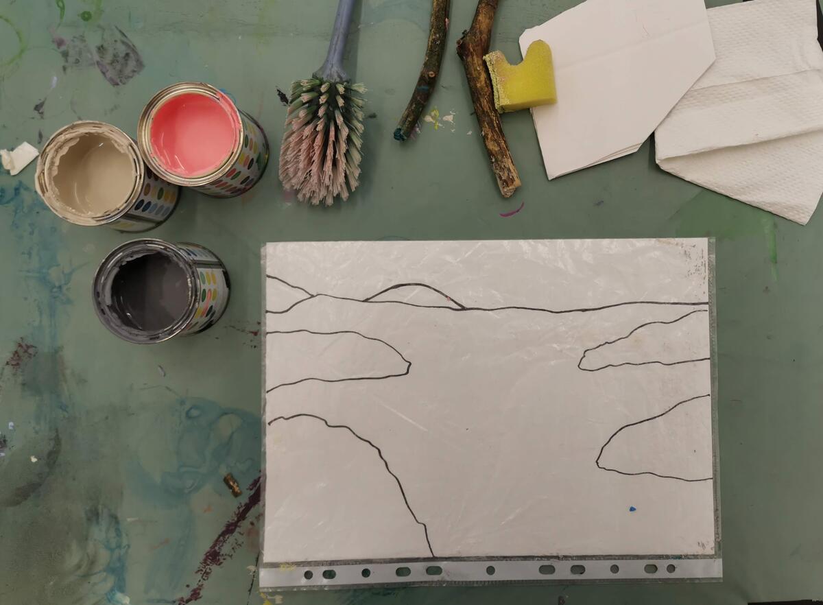 Begynn med å tegne et enkelt landskap med sort tusj eller blyant. Legg tegningen inni en plastmappe. Legg gjerne avispapir under slik at det ikke blir malingssøl på bordet. (Foto/Photo)