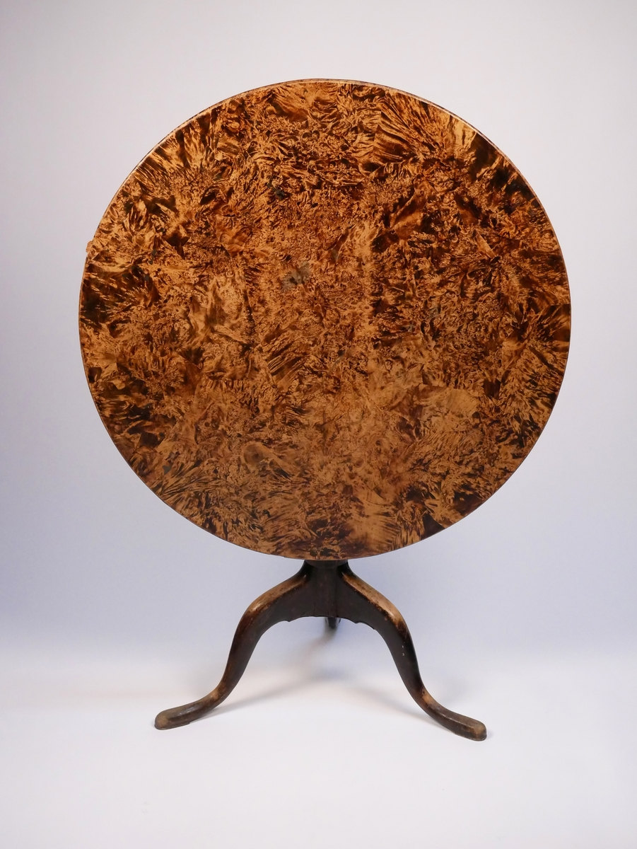 Fällbord av alrot med rund bordsskiva och tre svängda ben. Tillverkat av Jacob Sjölin.