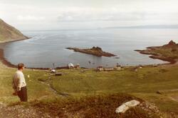 """Panoramabilde av Kjelvik med """"Kjelen"""". Kanskje august 1983."""