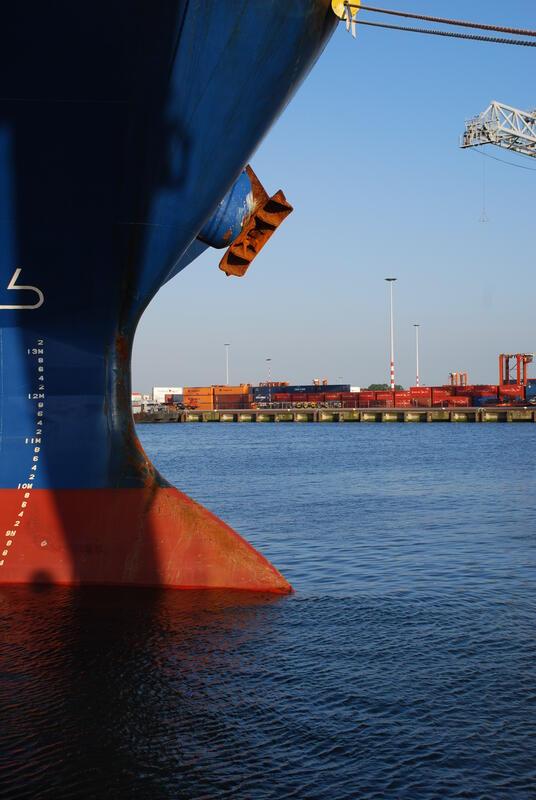 Skipsbaug og konteinerhavn (Foto/Photo)