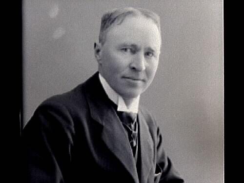 Byggmästare Adolf Tell fotograferad medan restaureringen pågick av Varbergs Fästning 1921-1924, som han ansvarade för.