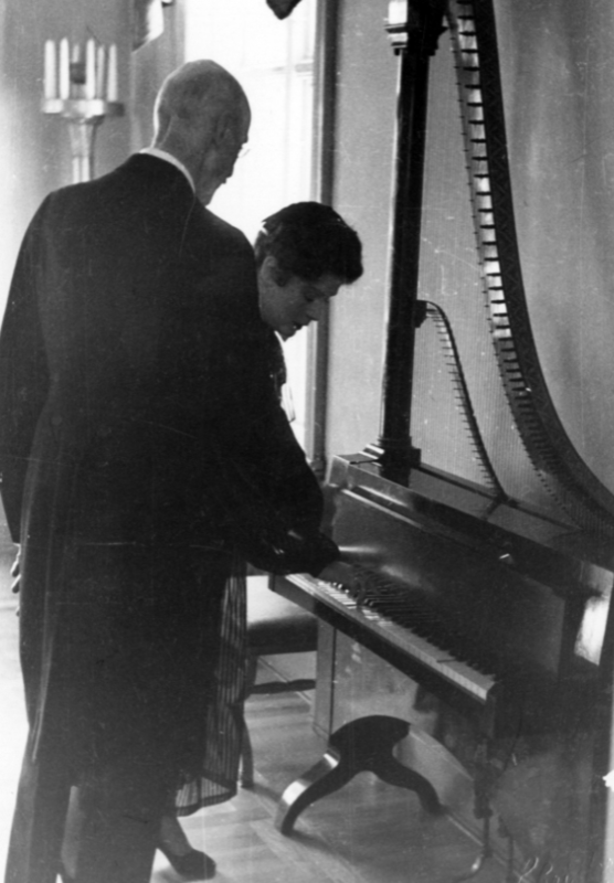 Pianoharpe_Victoria_og_kong_Haakon_Foto_Schrder_1952_red.png (Foto/Photo)