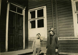 Knut og Lillemor i skolegården 1929