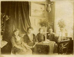 Skolestyrer Cornelius Moe og hans kone Maren med barna Emma