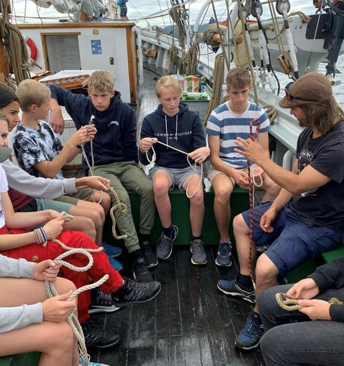 Gjeng med ungdommer som lærer knuter om bord på skip (Foto/Photo)