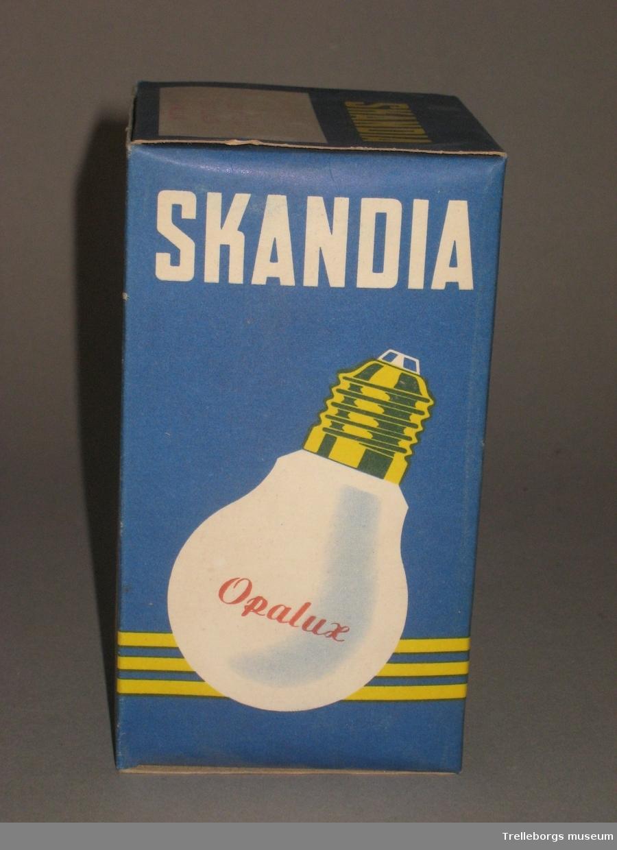 Två förpackningar med glödlampor. a: Tom förpakning. b: Förpackning innehållande 100W glödlampa.