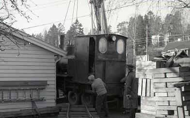 Lossing av damplokomotivet i gartneriet på Haslum. Foto: Olaf Wiegels. (Foto/Photo)