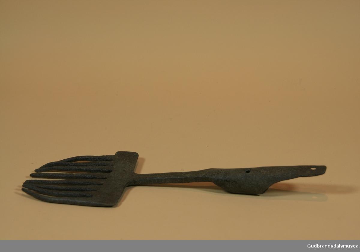 Håndsmidd lystergaffel i jern med 8 tenner. Krumsmidd feste til trehåndtak øverst. En lyster er et gaffelformet redskap med tinder av jern og langt treskaft som ble brukt til å spidde og fange fisk. Det er særlig laks, ørret, ål og flyndre som har blitt lystret. Det var to hovedtyper av lystre, nemlig grenlystre og kamlystre. Forskjellene er at på kamlystrene løper tindene parallelt ut fra en rygg, mens på grenlystrene sprer tindene seg ut til sidene fra et midtparti.