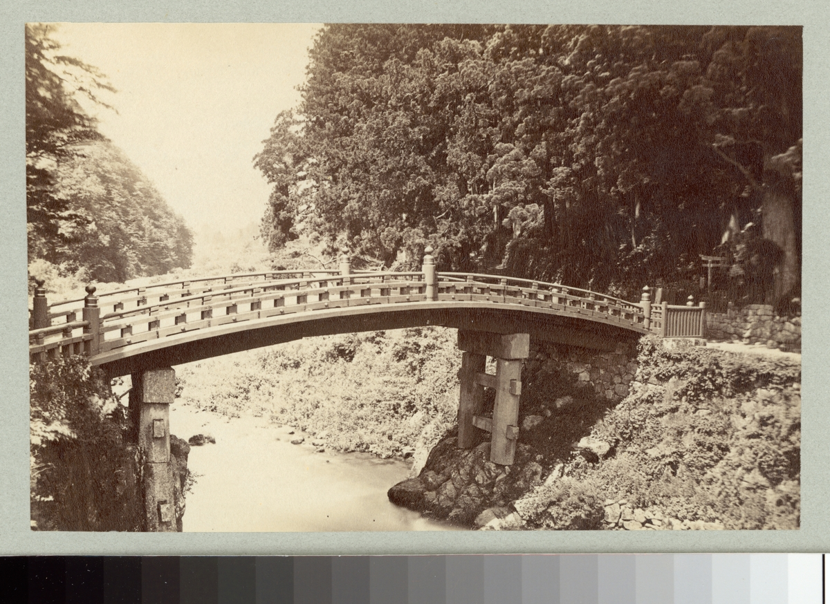 Bilden visar Shinkyō bron över floden Daiya som leder shintohelgedomar i staden Nikko.