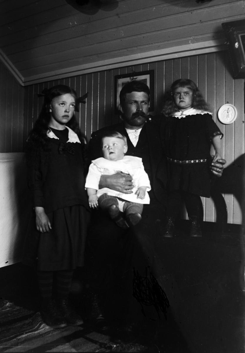 Familieportrett av Karl Elvevoll, dattera Hulda og to jenter til.