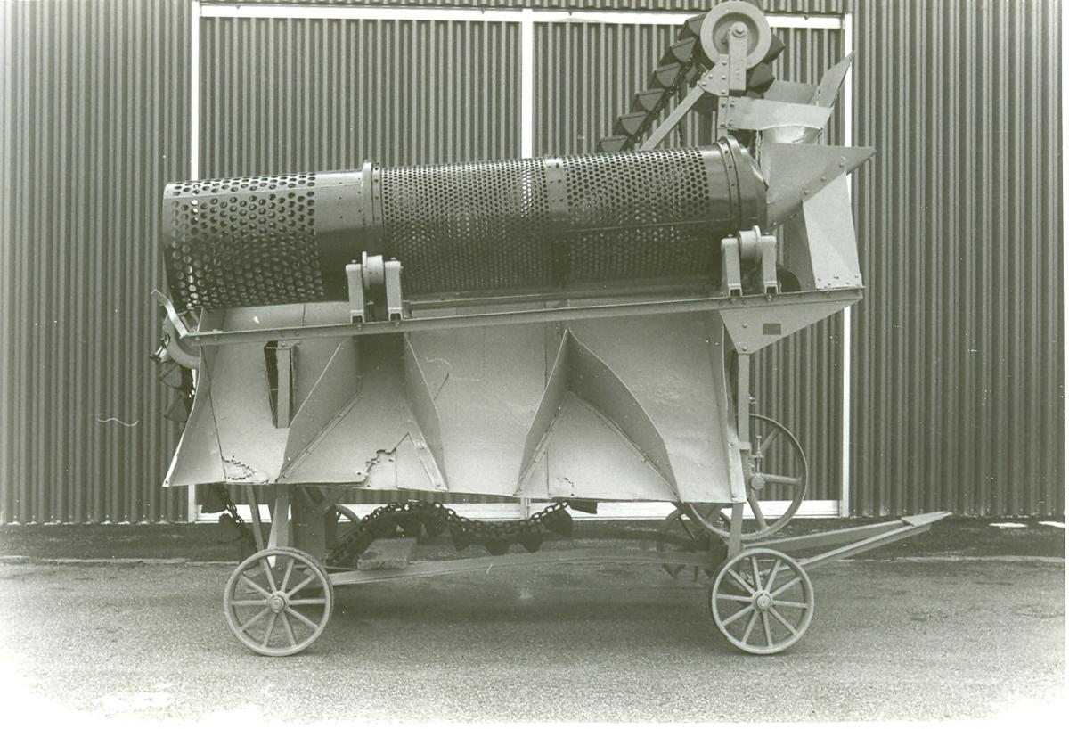 Gråmålat sorteringsverk, på chassi med fyra järnhjul, dragstång.  Sortertrumma, uppfordringverk med skopor, på ena sidan tre urtappningsrännor.  Tillverkare: Arbrå verkstads AB  Typ: 3a kr-719, No 19663 År: 1934