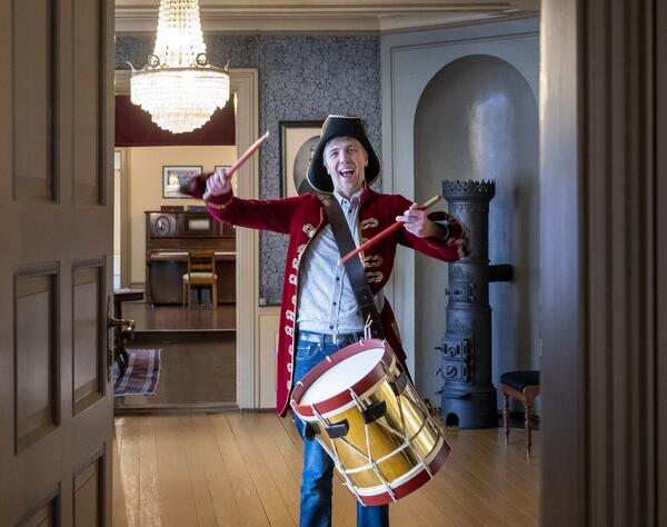 Barnas_Ringve_Eirik_i_kostyme_tromme_Foto_Erik_Brseth_1.jpg. Foto/Photo