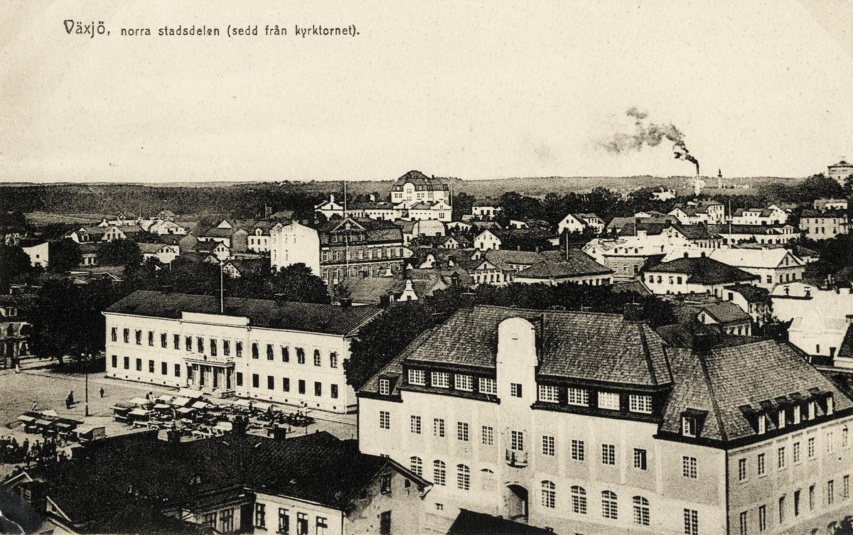 Växjö, Utsikt mot nordväst från kyrktornet, ca 1912. Närmast i bild kvarteret Lyktan med postkontor m.m. I bakgrunden tornar dåv. seminariet (nuvarande Ringsbergsskolan) upp sig till vänster, följt av skorstenarna på Kristinebergs bryggeri och vattentornet. Vykort.