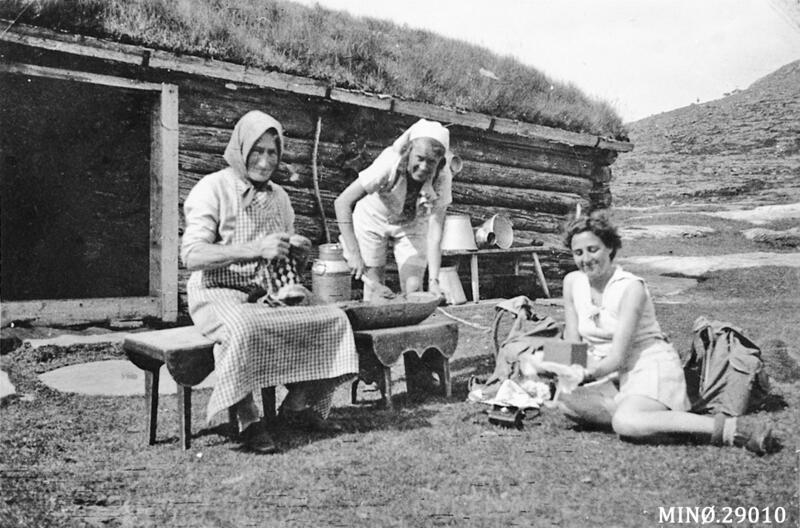 Bakka-setra, Folldal. Marit Ellandsdatter Bakken (med bundingen) har besøk av to bydamer, ca. 1944-45. Foto: Anno Musea i Nord-Østerdalen. (Foto/Photo)