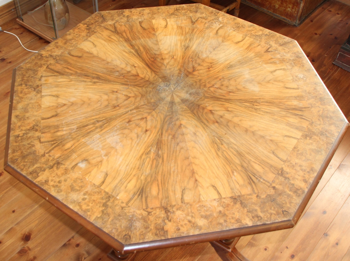 Åttekanta bord med dreia understell.Bordet er noko krakelert. Understellet har fire dreia bein og sprosser i kryss. Ein dreia knott på midten av de kryssende sprossene. Profilert kant på bordplata.