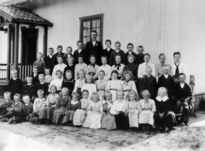 Skinnarbl_klasse_og_lrer_Simensenlike_etter_1900.JPG. Foto/Photo