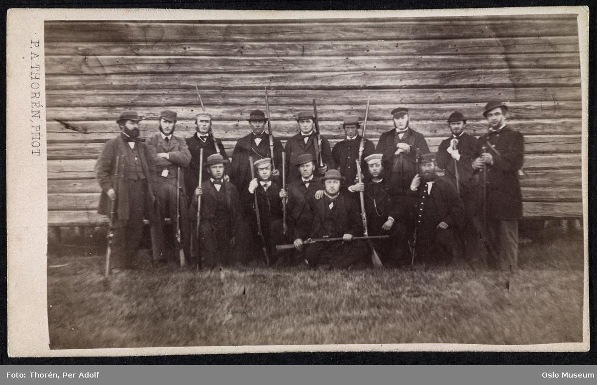 gruppe, menn, våpen, tømmervegg