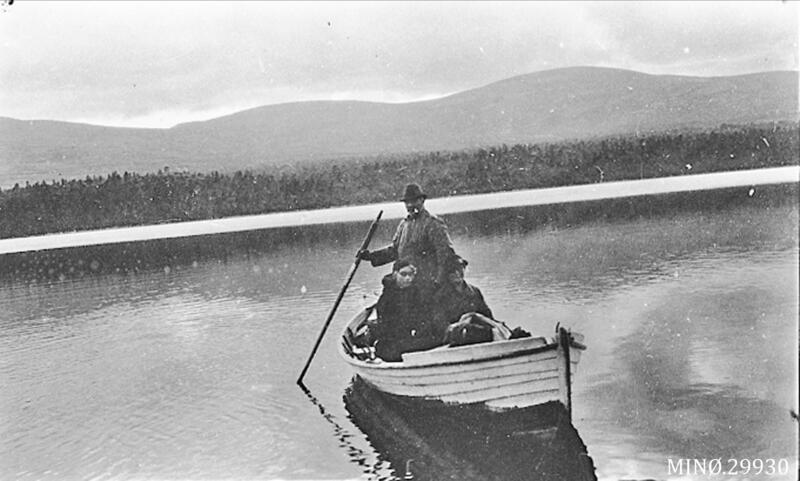 Julius Langsjøvoll frakter turister over Langsjøen, Engerdal og Tolga. Foto: Kristoffer Langsjøvoll/Anno Musea i Nord-Østerdalen. (Foto/Photo)