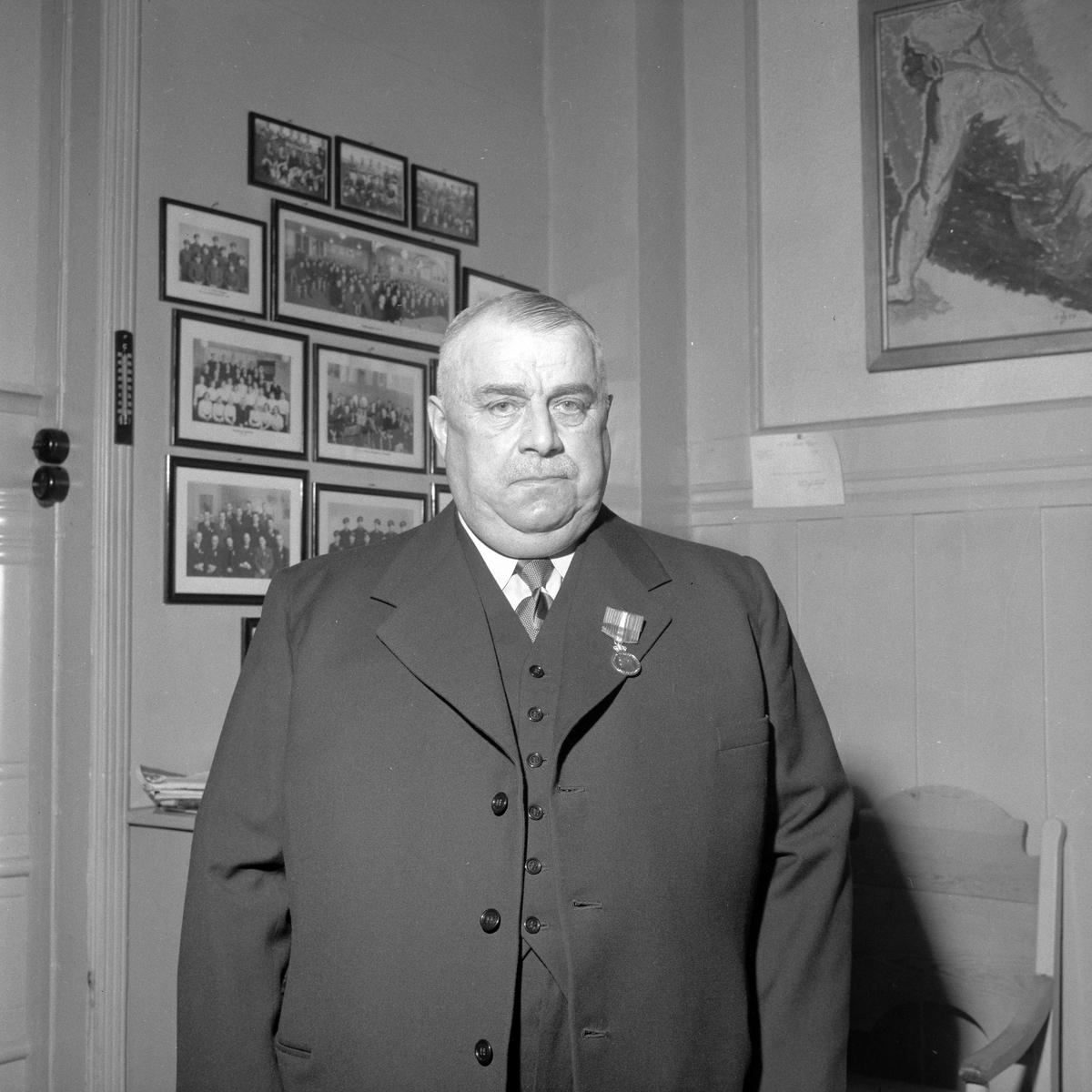 Vaktmester Alfred Halvorsen tildeles H.M. Kongens fortjenstmedalje for 50 år ved E.C. Dahls Bryggeri av direktør O.K. Lysholm
