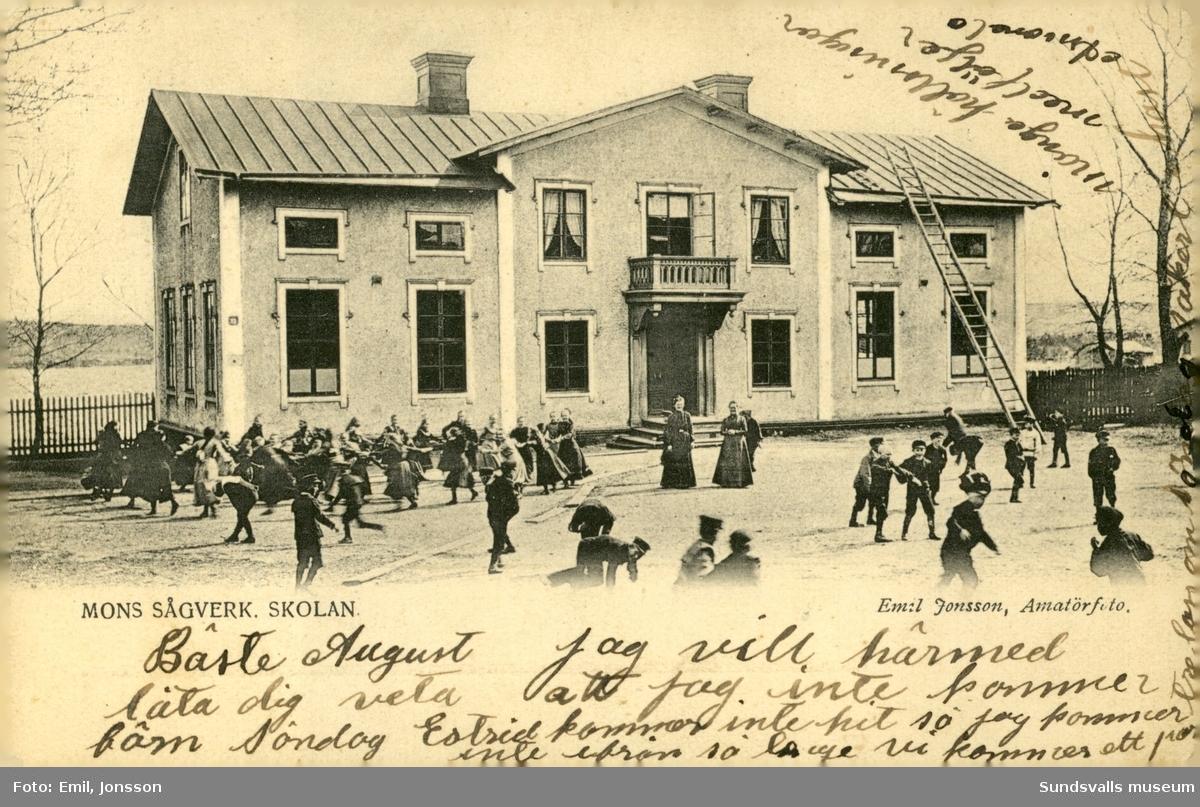 Vykort med motiv över skolan vid Mons sågverk i Sundsvall.