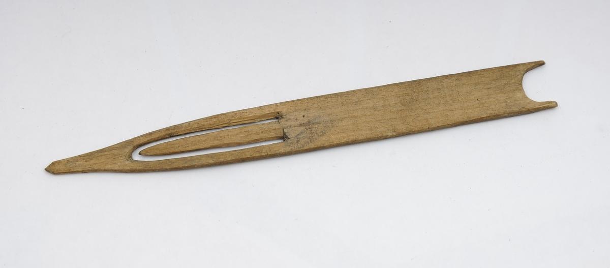 Garnklave og åtte garnnål. I den buede enden av klaven har det vært festet ei snor. En tverrpinne kan løsnes fra klaven. Utstyret ble brukt under bøting av garn - snora var til å feste klaven til veggen (eller tilsvarende).