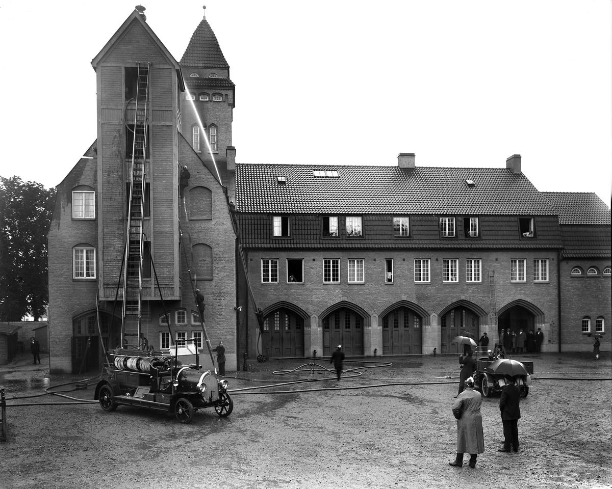 Brandstationen på Västra vägen i Linköping.   ...  Brandbil. Brandkår. Brandman. Tegelbyggnad. Station.