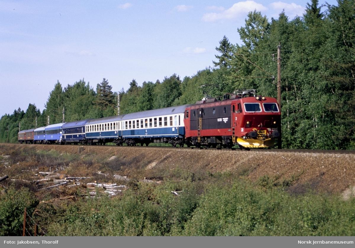 Elektrisk lokomotiv El 16 2213 med persontog til Hamburg ved km 30 i nærheten av Ås stasjon på Østfoldbanen