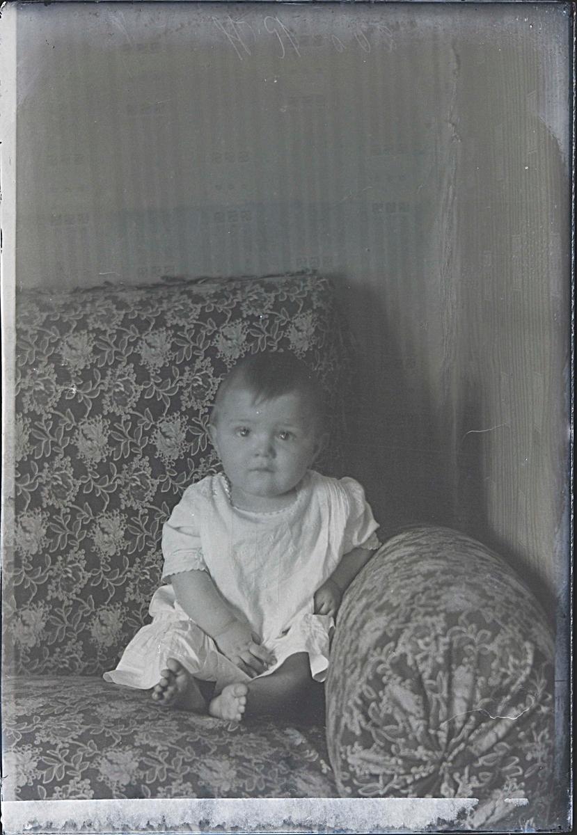 Fotografering beställd av F. Andersson. Föreställer sannolikt Anders Fredrik Anderssons fosterdotter Inga-lill Elisabet Svensson, född 1918-02-28 i Västerås. Hon bodde hos honom några månader sommaren 1918.