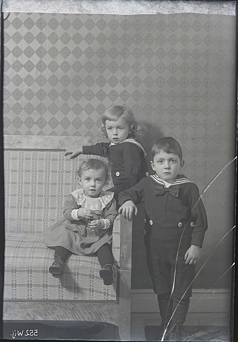 Fotografering beställd av Hellbom. Personerna är ej identifierade.