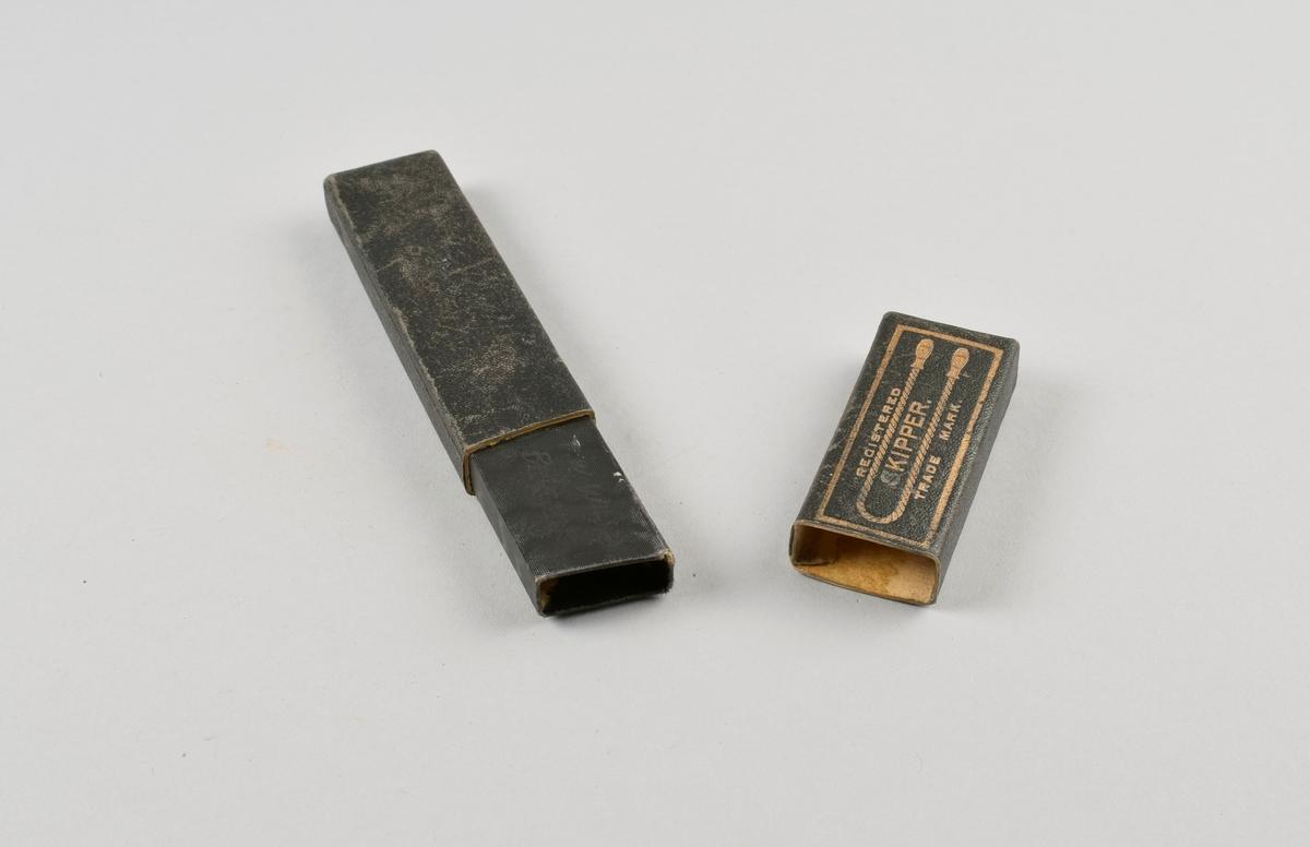 Sammenleggbar barberkniv i rektangulært, todelt etui.