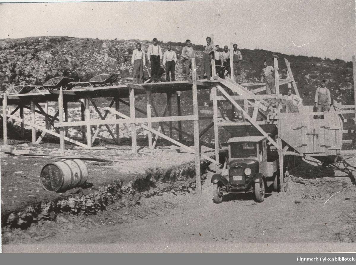 Anlegg: Repparfjorddal. Her ser vi grussortering ved Skaidi ca. 1932-1934. Dette var det første grussortererverket i Finnmark. Lastebilen er en Ford AA 1928-29. Forøvrig de eneste årsmodellene valgfritt kunne leveres med trådeikefelger som denne har.
