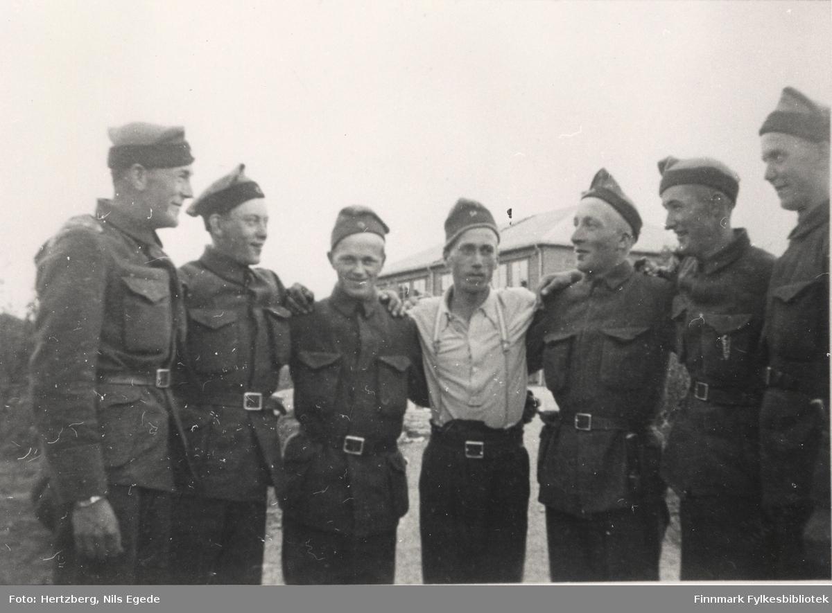 Portrettfotografi av 7 menn i militæruniform. Fra venstre: Hansen, Leksfors, Lorentsen, Herringbotn, Hansen, Johansen og Kønmo. Året er 1939, Seida-Tana.