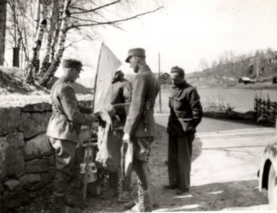 Klargjering av kvitt flagg for overgiving, Slidre 30. april 1940. Foto: Emil Nikolaysen. (Foto/Photo)