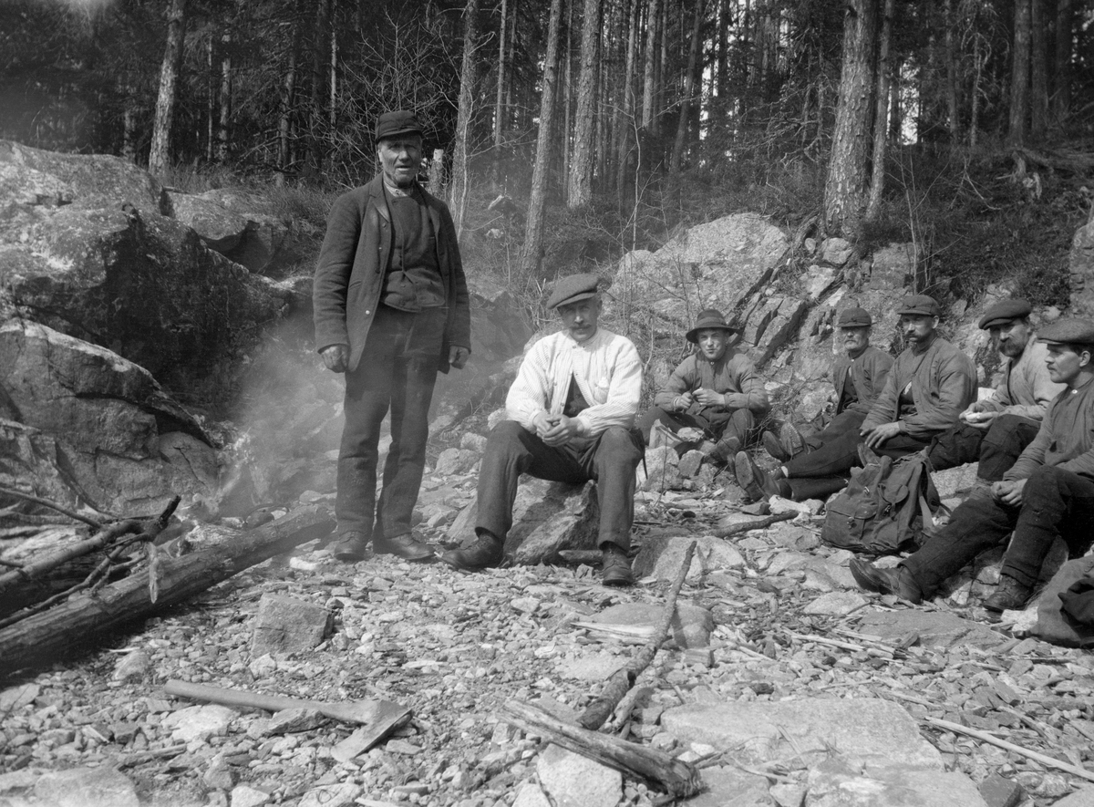 P. Fossum, Edv. Lapstuen og Fem andre fløtere ved Glomma. Tyvholmen, Braskereidfoss, Våler, Hedmark.