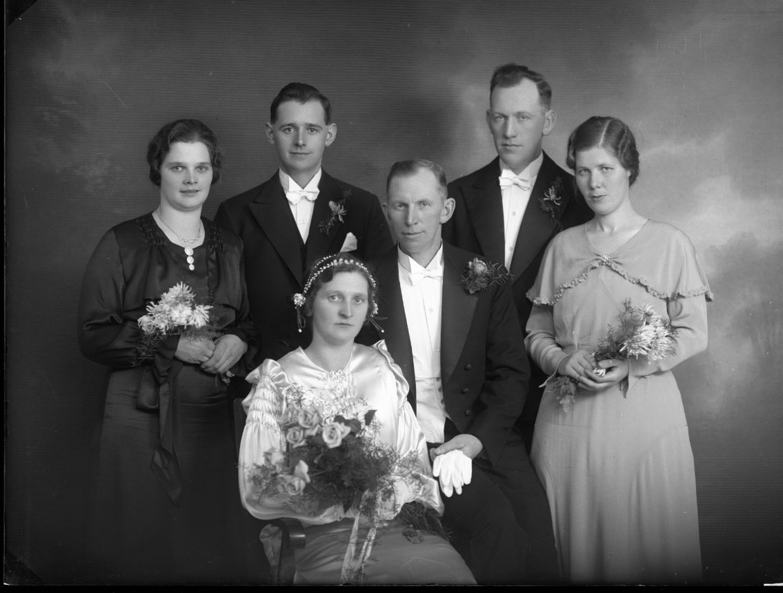 Brudparet Axel Johansson och Annie Svensson med två tärnor och två marskalkar som flankerar brudparet.