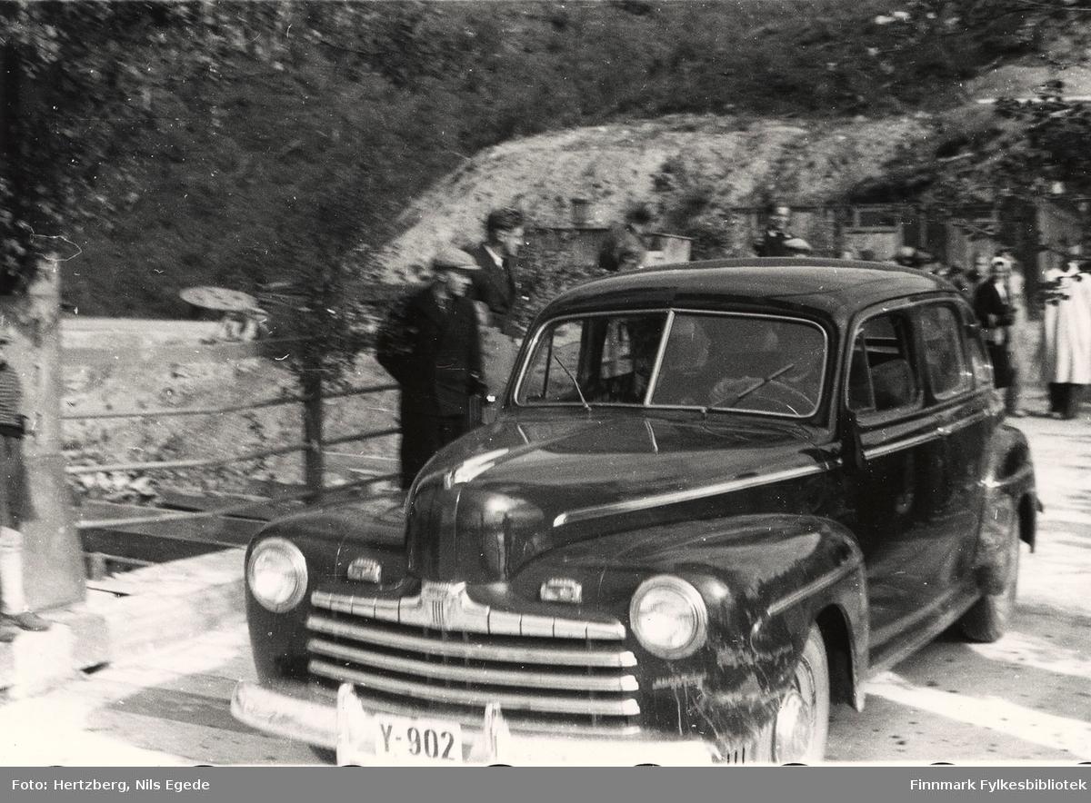 Åpningen av Tana bru sommeren i august 1948. Fylkesmann Peder Holt er med i første bil (Y-902 er en amerikansk Ford 1946). Se også de andre åpningsbildene 346-358.