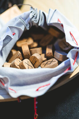 close-up-of-wooden-runes-on-the-table-the-concept--U495NZ8.jpg. Foto/Photo
