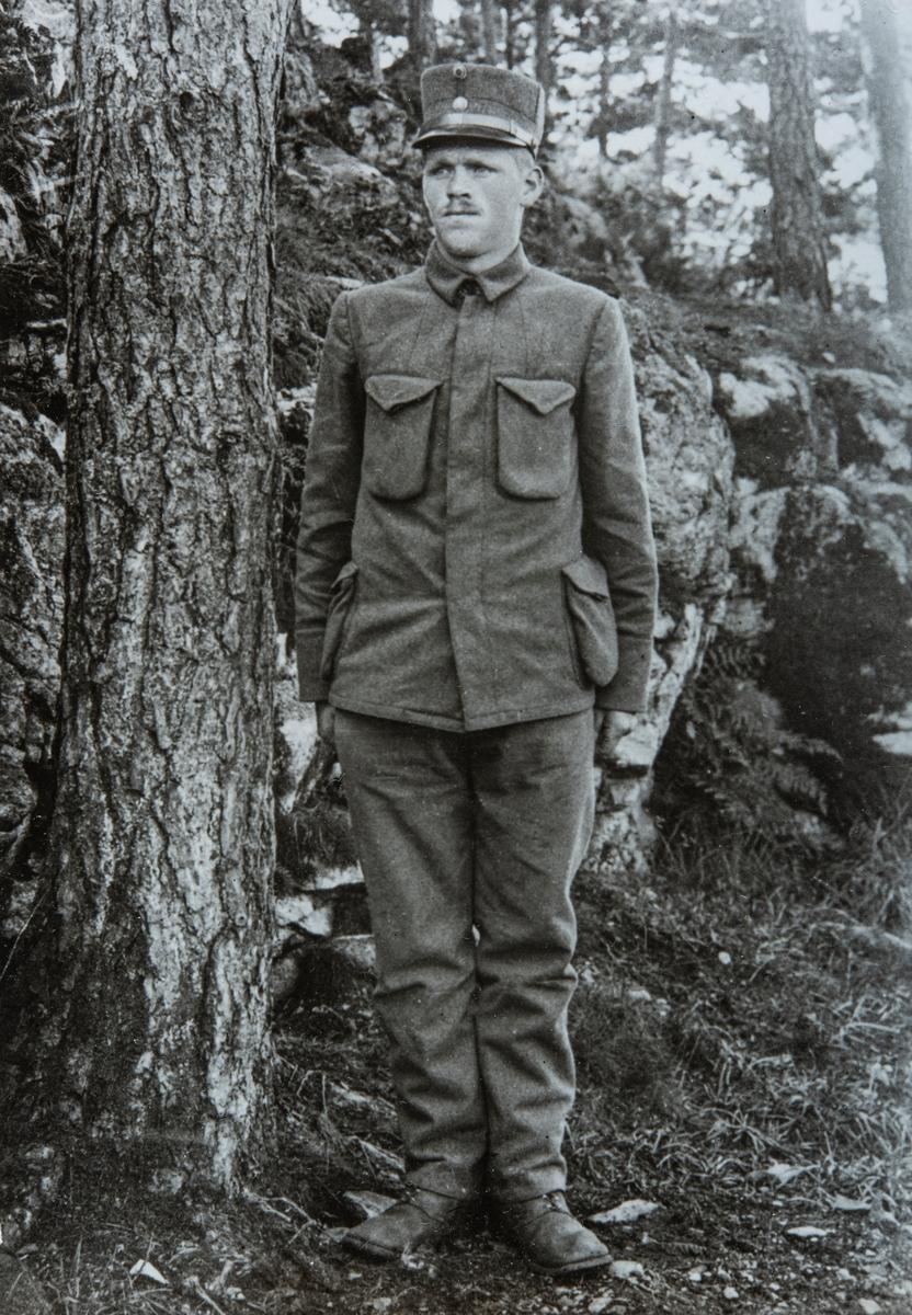 Militær, mann i uniform. Aksel Granlund (1892-1930) Husmann og tømmerhugger som bodde i Roksvold under Skjerden gård i Ottestad, Stange.