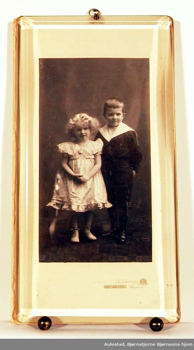 Barneportrett; fotografiet viser en gutt og en pike i stastøyet.