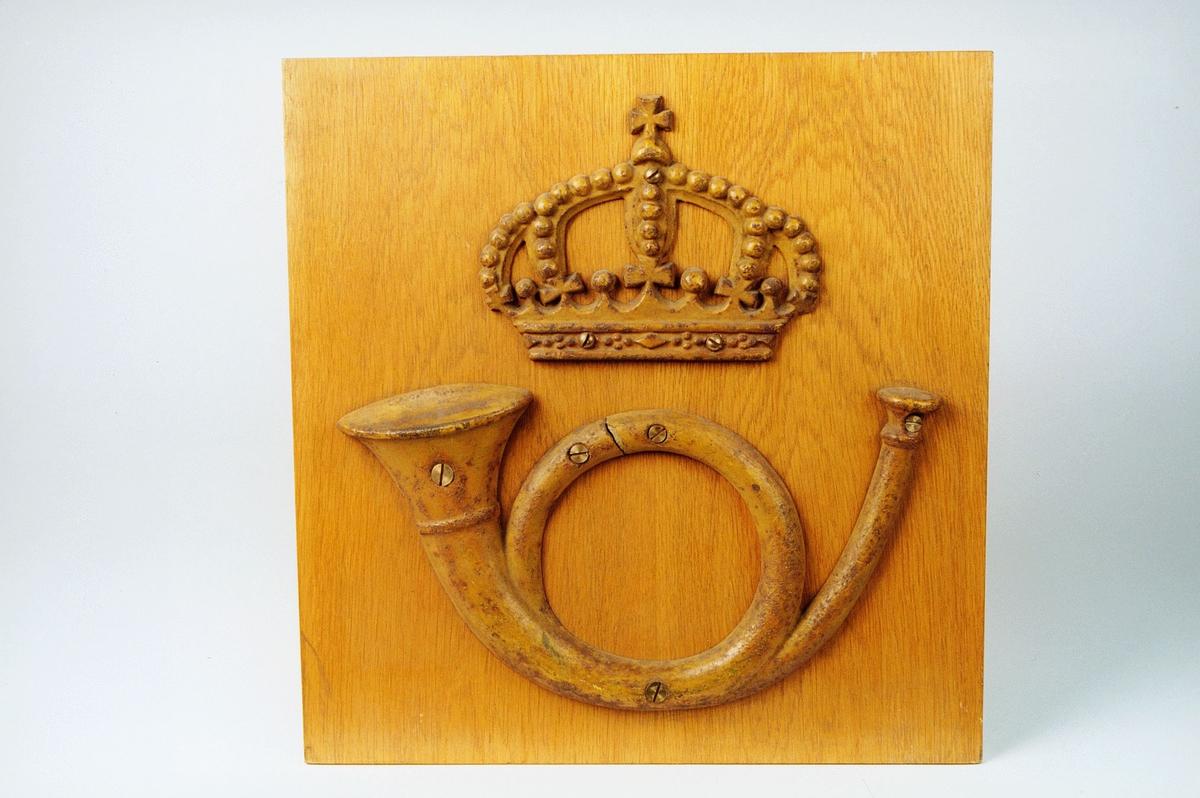 Posthorn og krone skrudd på treplate- også noen løse sett.