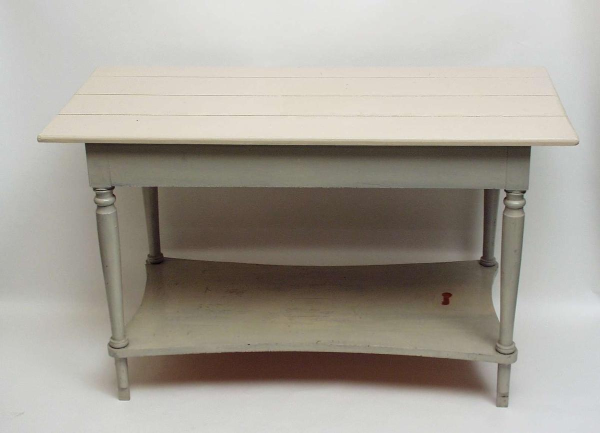 Gråmalt vaskebord i tre med hvit plate. Det har fire dreide ben og innfelt hylle med innsvungne sider.