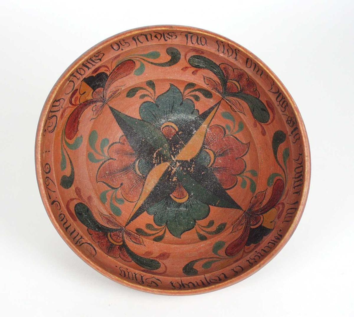 Bollen er dreiet med svakt buet ytterside og tre hulkiler inni. Bollen er malt mønjerød, og med blomstermotiv malt i rosemaling inni bollen.